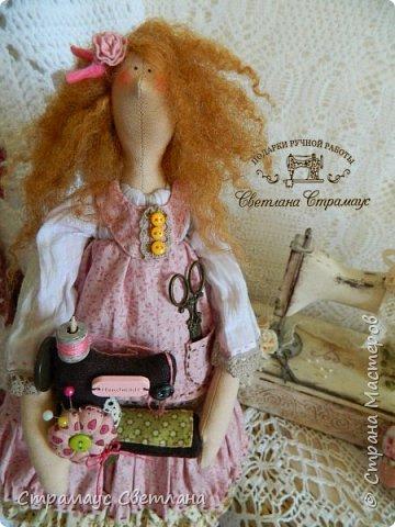 Доброго времени суток, всем кто заглянул! Моя новая куколка, на этот раз Тильда-рукодельница, выполнена в стиле Бохо. Это незаменимая помощница в рабочем уголке, поможет поддерживать порядок и уют, будет следить за кружевами,пуговичками-катушечками,ну и конечно же вдохновлять на создание новых работ. Куколка немножко волшебная - помогает исполниться самым заветным мечтам рукодельницы.  Выполнена полностью из натуральных материалов.  фото 1
