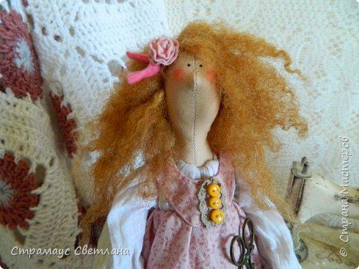 Доброго времени суток, всем кто заглянул! Моя новая куколка, на этот раз Тильда-рукодельница, выполнена в стиле Бохо. Это незаменимая помощница в рабочем уголке, поможет поддерживать порядок и уют, будет следить за кружевами,пуговичками-катушечками,ну и конечно же вдохновлять на создание новых работ. Куколка немножко волшебная - помогает исполниться самым заветным мечтам рукодельницы.  Выполнена полностью из натуральных материалов.  фото 3