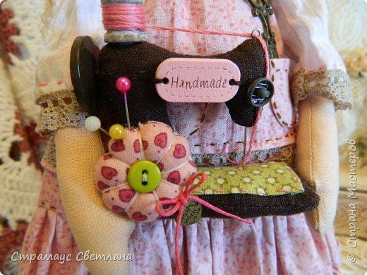 Доброго времени суток, всем кто заглянул! Моя новая куколка, на этот раз Тильда-рукодельница, выполнена в стиле Бохо. Это незаменимая помощница в рабочем уголке, поможет поддерживать порядок и уют, будет следить за кружевами,пуговичками-катушечками,ну и конечно же вдохновлять на создание новых работ. Куколка немножко волшебная - помогает исполниться самым заветным мечтам рукодельницы.  Выполнена полностью из натуральных материалов.  фото 4