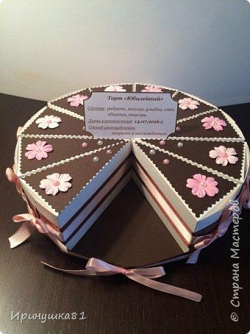 """Доброе Всем утро!  Ко дню рождения замечательного человека """"испекла"""" вот такой торт. А помогли мне в этом работы мастериц сайта. Внутри каждого кусочка пожелание и небольшой презент. фото 2"""