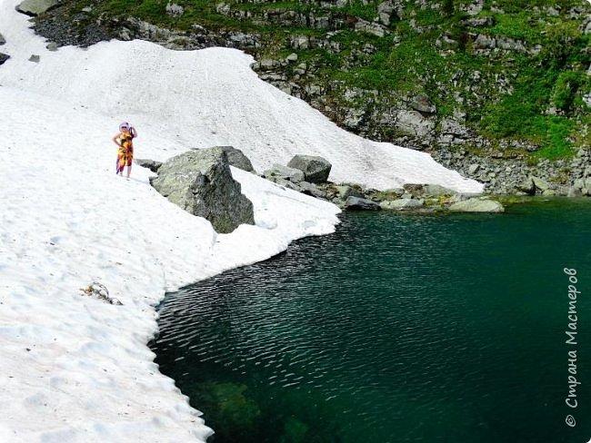 Сегодня я предлагаю посетить одну из главных достопримечательностей не только Чемальского района, но и всего Горного Алтая - Каракольские озера. О чем-то я расскажу сама, часть материала будет из Википедии, а то, что в кавычках - подписи к фотографиям Светланы Семиволовой - основного нашего фотографа. Некоторые из фотографий сделаны её племянником Сергеем Семиволовым. Реальная дорога к озерам трудна, а нам она дастся без труда, только немного времени потребует. Ну что ж, в добрый путь! фото 14
