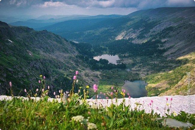 Сегодня я предлагаю посетить одну из главных достопримечательностей не только Чемальского района, но и всего Горного Алтая - Каракольские озера. О чем-то я расскажу сама, часть материала будет из Википедии, а то, что в кавычках - подписи к фотографиям Светланы Семиволовой - основного нашего фотографа. Некоторые из фотографий сделаны её племянником Сергеем Семиволовым. Реальная дорога к озерам трудна, а нам она дастся без труда, только немного времени потребует. Ну что ж, в добрый путь! фото 13