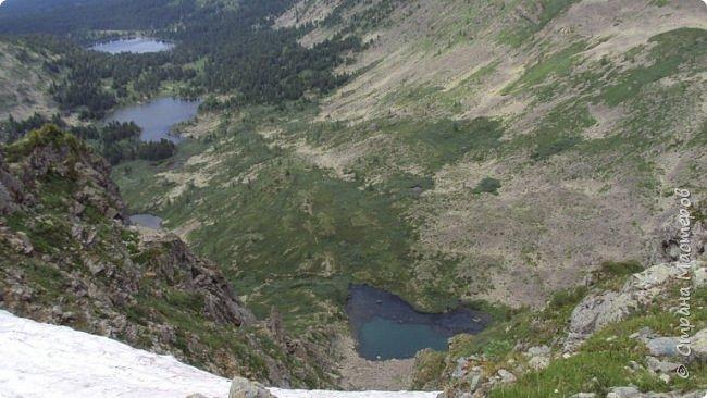 Сегодня я предлагаю посетить одну из главных достопримечательностей не только Чемальского района, но и всего Горного Алтая - Каракольские озера. О чем-то я расскажу сама, часть материала будет из Википедии, а то, что в кавычках - подписи к фотографиям Светланы Семиволовой - основного нашего фотографа. Некоторые из фотографий сделаны её племянником Сергеем Семиволовым. Реальная дорога к озерам трудна, а нам она дастся без труда, только немного времени потребует. Ну что ж, в добрый путь! фото 5