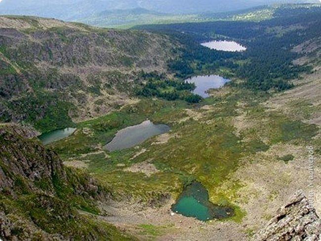 Сегодня я предлагаю посетить одну из главных достопримечательностей не только Чемальского района, но и всего Горного Алтая - Каракольские озера. О чем-то я расскажу сама, часть материала будет из Википедии, а то, что в кавычках - подписи к фотографиям Светланы Семиволовой - основного нашего фотографа. Некоторые из фотографий сделаны её племянником Сергеем Семиволовым. Реальная дорога к озерам трудна, а нам она дастся без труда, только немного времени потребует. Ну что ж, в добрый путь! фото 2