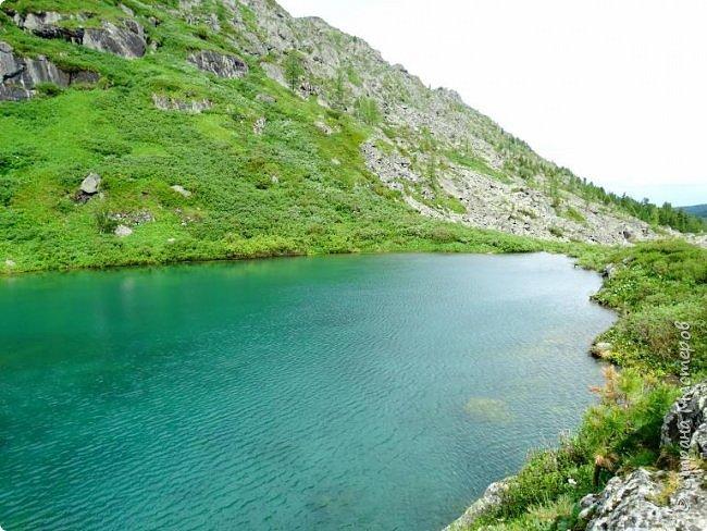 Сегодня я предлагаю посетить одну из главных достопримечательностей не только Чемальского района, но и всего Горного Алтая - Каракольские озера. О чем-то я расскажу сама, часть материала будет из Википедии, а то, что в кавычках - подписи к фотографиям Светланы Семиволовой - основного нашего фотографа. Некоторые из фотографий сделаны её племянником Сергеем Семиволовым. Реальная дорога к озерам трудна, а нам она дастся без труда, только немного времени потребует. Ну что ж, в добрый путь! фото 9