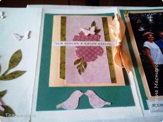 """Открытка-фотоальбом с говорящим названием """"На память о лете"""". Сделана из кардстока, фон скрапбумага, центральный элемент вязаный цветок (материалы для цветка нитки ирис, крючок, пуговка) и других декоративных элементов. фото 3"""