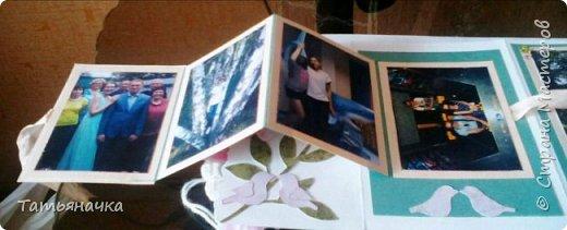 """Открытка-фотоальбом с говорящим названием """"На память о лете"""". Сделана из кардстока, фон скрапбумага, центральный элемент вязаный цветок (материалы для цветка нитки ирис, крючок, пуговка) и других декоративных элементов. фото 4"""