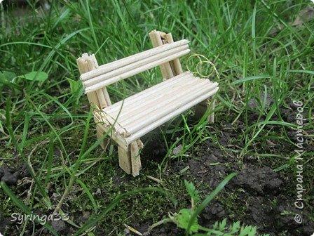 Добрый день, уважаемые мастера. Хочу поделиться с вами, как я делаю скамейки для своих композиций. Изучив просторы интернета, найдя несколько мастер-классов по изготовлению мебели, в т.ч. и в стране СМ (http://stranamasterov.ru/node/1031698?c=favorite,  http://stranamasterov.ru/node/319003) и поглотив всю информацию я пришла к выводу,что удобнее делать их из картона,хотя для своих композиций я пыталась делать их и из шашлычных палочек на проволоке и из пластилина. Скамейки хорошо сочетаются с бисерными деревьями, поэтому периодически возникает необходимость в них. Сейчас я делаю скамейки  из картона. На фото одна картонная скамейка обклеена шашлычными палочками, а вторая просто покрашена акриловыми красками и лаком. фото 16