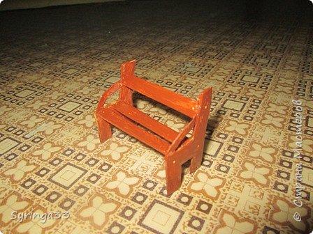 Добрый день, уважаемые мастера. Хочу поделиться с вами, как я делаю скамейки для своих композиций. Изучив просторы интернета, найдя несколько мастер-классов по изготовлению мебели, в т.ч. и в стране СМ (http://stranamasterov.ru/node/1031698?c=favorite,  http://stranamasterov.ru/node/319003) и поглотив всю информацию я пришла к выводу,что удобнее делать их из картона,хотя для своих композиций я пыталась делать их и из шашлычных палочек на проволоке и из пластилина. Скамейки хорошо сочетаются с бисерными деревьями, поэтому периодически возникает необходимость в них. Сейчас я делаю скамейки  из картона. На фото одна картонная скамейка обклеена шашлычными палочками, а вторая просто покрашена акриловыми красками и лаком. фото 14