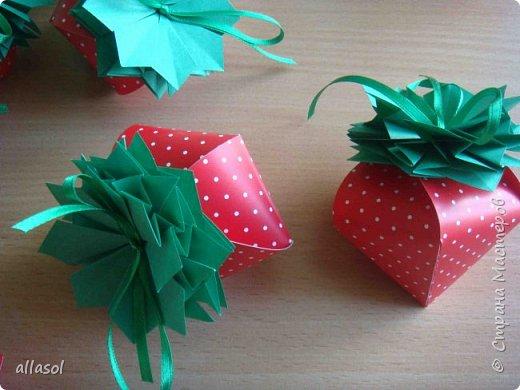Клубнички делала по всем известной выкройке http://www.stranamam.ru/post/7574722 Листочки  оригами (как третий ряд цвета http://stranamasterov.ru/node/95830 ) Внутри конфетка фото 2