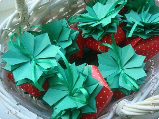 Клубнички делала по всем известной выкройке http://www.stranamam.ru/post/7574722 Листочки  оригами (как третий ряд цвета https://stranamasterov.ru/node/95830 ) Внутри конфетка фото 1