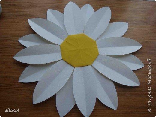 Клубнички делала по всем известной выкройке http://www.stranamam.ru/post/7574722 Листочки  оригами (как третий ряд цвета http://stranamasterov.ru/node/95830 ) Внутри конфетка фото 6