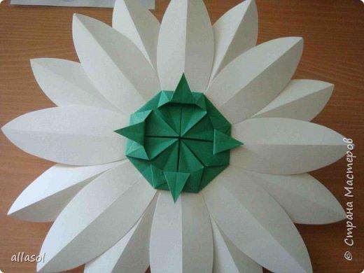 Клубнички делала по всем известной выкройке http://www.stranamam.ru/post/7574722 Листочки  оригами (как третий ряд цвета http://stranamasterov.ru/node/95830 ) Внутри конфетка фото 5