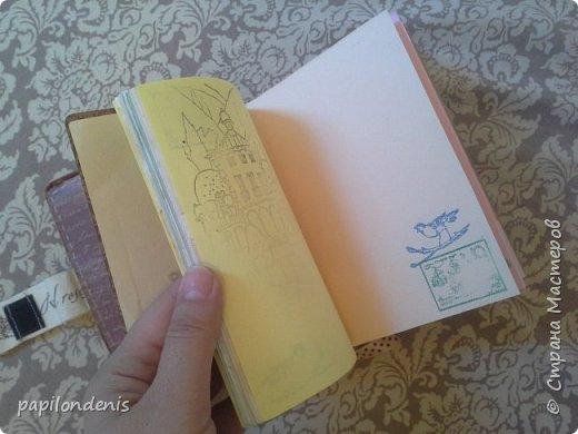 Делала блокноты в подарок. Люблю гербарии.  Решила сделать обложку со сквозным отверстием и вставить туда плотную плёнку с сухоцветами. Гербарий приклеен с помощью прозрачной бесцветной самоклейки. фото 7