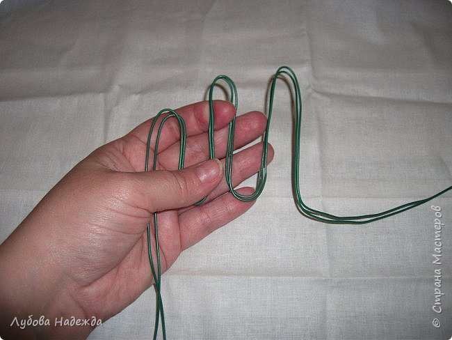 Берём проволоку отматываем два куска примерно по 60 см.От края проволоки оставляем примерно см15 и начинаем сгибать, формируем пальцы кисти руки,сразу  для двух ручек. фото 1