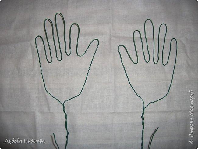 Берём проволоку отматываем два куска примерно по 60 см.От края проволоки оставляем примерно см15 и начинаем сгибать, формируем пальцы кисти руки,сразу  для двух ручек. фото 4