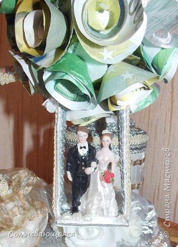 Здравствуйте, все-все-все! Я снова со свадебной композицией, но уже сделанной на заказ. Все та же шкатулка для денежного подарка и все то же деревце для финансового благополучия.  Новая деталь: жених с невестой на качелях.  фото 2