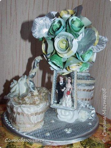 Здравствуйте, все-все-все! Я снова со свадебной композицией, но уже сделанной на заказ. Все та же шкатулка для денежного подарка и все то же деревце для финансового благополучия.  Новая деталь: жених с невестой на качелях.  фото 1