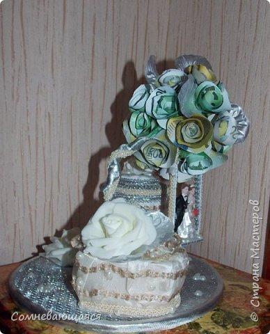 Здравствуйте, все-все-все! Я снова со свадебной композицией, но уже сделанной на заказ. Все та же шкатулка для денежного подарка и все то же деревце для финансового благополучия.  Новая деталь: жених с невестой на качелях.  фото 3