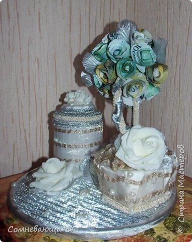 Здравствуйте, все-все-все! Я снова со свадебной композицией, но уже сделанной на заказ. Все та же шкатулка для денежного подарка и все то же деревце для финансового благополучия.  Новая деталь: жених с невестой на качелях.  фото 4