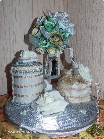 Здравствуйте, все-все-все! Я снова со свадебной композицией, но уже сделанной на заказ. Все та же шкатулка для денежного подарка и все то же деревце для финансового благополучия.  Новая деталь: жених с невестой на качелях.  фото 5