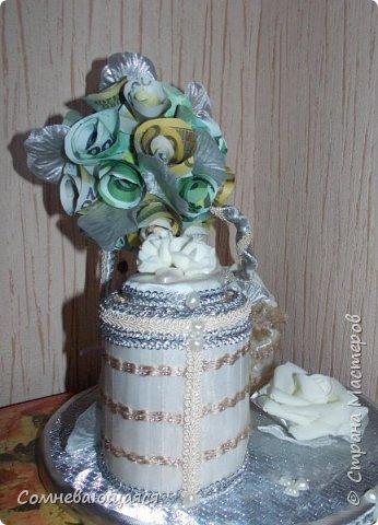 Здравствуйте, все-все-все! Я снова со свадебной композицией, но уже сделанной на заказ. Все та же шкатулка для денежного подарка и все то же деревце для финансового благополучия.  Новая деталь: жених с невестой на качелях.  фото 6