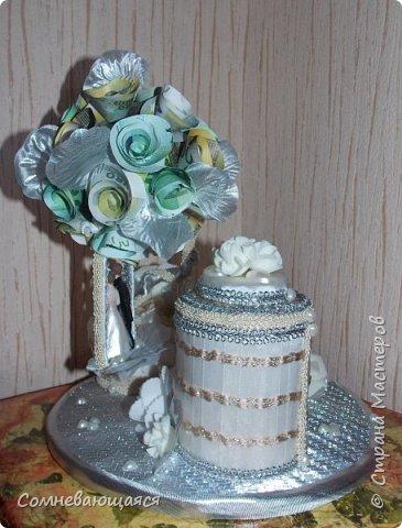 Здравствуйте, все-все-все! Я снова со свадебной композицией, но уже сделанной на заказ. Все та же шкатулка для денежного подарка и все то же деревце для финансового благополучия.  Новая деталь: жених с невестой на качелях.  фото 7