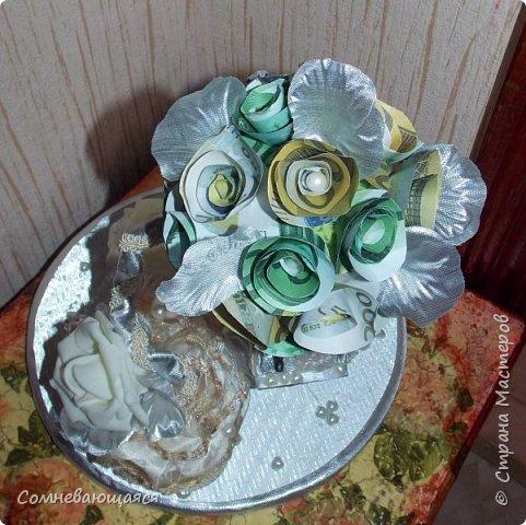 Здравствуйте, все-все-все! Я снова со свадебной композицией, но уже сделанной на заказ. Все та же шкатулка для денежного подарка и все то же деревце для финансового благополучия.  Новая деталь: жених с невестой на качелях.  фото 10