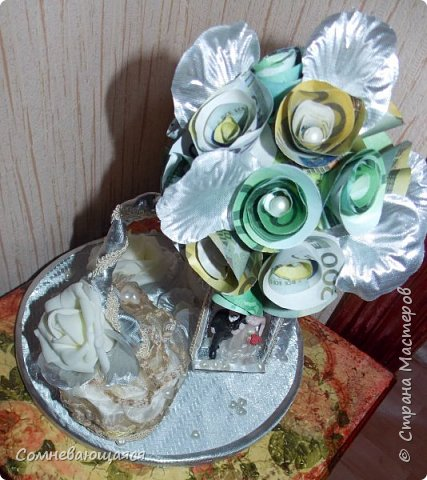 Здравствуйте, все-все-все! Я снова со свадебной композицией, но уже сделанной на заказ. Все та же шкатулка для денежного подарка и все то же деревце для финансового благополучия.  Новая деталь: жених с невестой на качелях.  фото 13