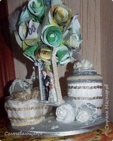 Здравствуйте, все-все-все! Я снова со свадебной композицией, но уже сделанной на заказ. Все та же шкатулка для денежного подарка и все то же деревце для финансового благополучия.  Новая деталь: жених с невестой на качелях.  фото 14