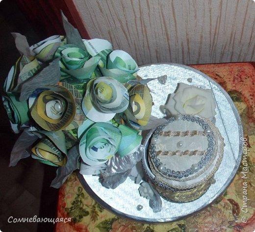 Здравствуйте, все-все-все! Я снова со свадебной композицией, но уже сделанной на заказ. Все та же шкатулка для денежного подарка и все то же деревце для финансового благополучия.  Новая деталь: жених с невестой на качелях.  фото 12