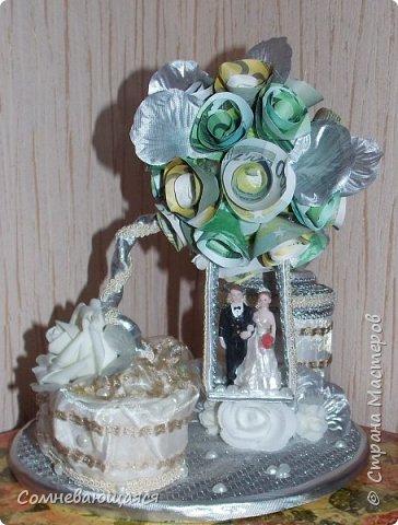 Здравствуйте, все-все-все! Я снова со свадебной композицией, но уже сделанной на заказ. Все та же шкатулка для денежного подарка и все то же деревце для финансового благополучия.  Новая деталь: жених с невестой на качелях.  фото 17