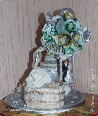 Здравствуйте, все-все-все! Я снова со свадебной композицией, но уже сделанной на заказ. Все та же шкатулка для денежного подарка и все то же деревце для финансового благополучия.  Новая деталь: жених с невестой на качелях.  фото 16