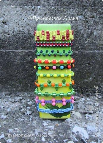 Вспомнила детство и занятия в кружке макраме... Наплела яркие, летние браслеты. фото 2