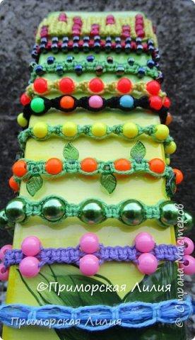 Вспомнила детство и занятия в кружке макраме... Наплела яркие, летние браслеты. фото 4