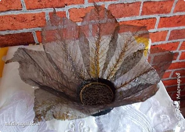 чёрная ваза из скелетированных листьев каштана фото 4