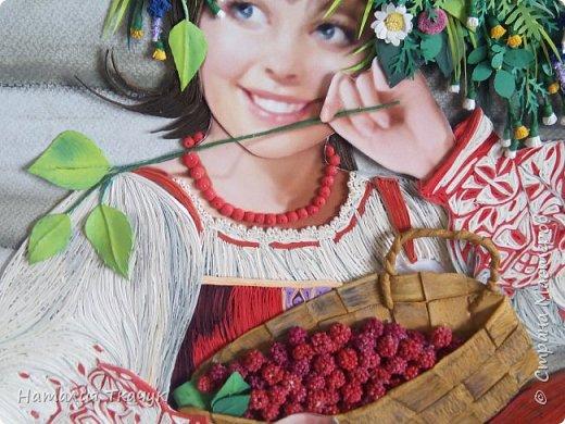 """Здравствуйте, дорогие друзья, жители замечательной Страны Мастеров!!! Хочу показать вам летнюю работу к моей коллекции """"Времена года"""". Лето - самое теплое и яркое время, не удивительно, что для большинства людей это любимый период в году. Лето нас радует яркими красками летних цветов, в сколько их и не перечесть. И конечно разными вкусными ягодами... Все цвета радуги радуют глаз. Много писать не буду. Хочу пожелать всем вам счастья и добра!!! Хорошего настроения!!! В свою коллекцию подобрала работу Татьяны Дорониной и вот сделала в своей любимой технике квиллинг с добавлением элементов в технике бумагопластика. Формат картины - 40 х 40 см. Фон - бумага для пастели, тонировала сухими мелками для пастели. Использовала бумажные полосы - 1,5 мм. Приятного просмотра!!!   фото 3"""