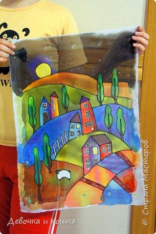 """Всем привет. Сегодня я представляю вам картину. С этой картиной я буду участвовать в Конкурсе """"Двери в другие миры"""", который организовала Китнисс Ландер. Вот ссылка  http://stranamasterov.ru/node/1038199 Это искусство называется Батик. А сама картина называется """"Ночь"""". Я нарисовала её в пансионате """"Пестово"""". Там проводился мастер-класс по батику. Бабушка с братом пошли гулять, а я с мамой пошла на этот урок. Там было круто!!!  фото 5"""