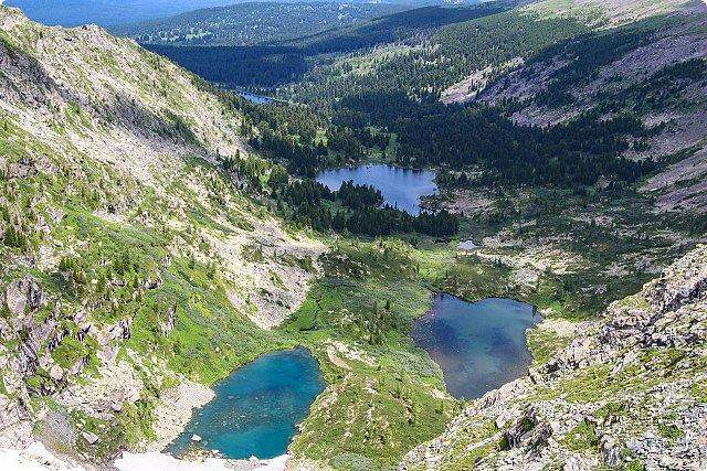 Сегодня я предлагаю посетить одну из главных достопримечательностей не только Чемальского района, но и всего Горного Алтая - Каракольские озера. О чем-то я расскажу сама, часть материала будет из Википедии, а то, что в кавычках - подписи к фотографиям Светланы Семиволовой - основного нашего фотографа. Некоторые из фотографий сделаны её племянником Сергеем Семиволовым. Реальная дорога к озерам трудна, а нам она дастся без труда, только немного времени потребует. Ну что ж, в добрый путь! фото 11