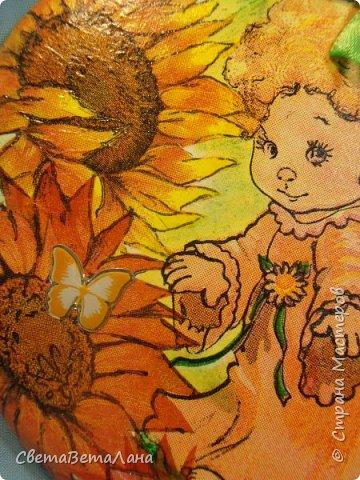 ну вот, фотик мой подзарядился и я могу выставить еще одну мою декупажность......подСолнечный Ангелок или оранжевое лето......была салфетка с желто-оранжевым ангелочком , решила объиграть её подсолнушками........ фото 3