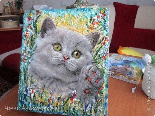 """Попал мне в руки пакет с красивым рисунком. Я рисунок котёнка вырезала и наклеила на  фанерку.  клеем  master klein. Очень долго выгоняла пузырьки из-под  плёнки. Это самое трудное. После высыхания (долго) оставшуюся часть за декорировала  салфетками и мазками  """"изобразила"""" цветочки. Всё фото 1"""