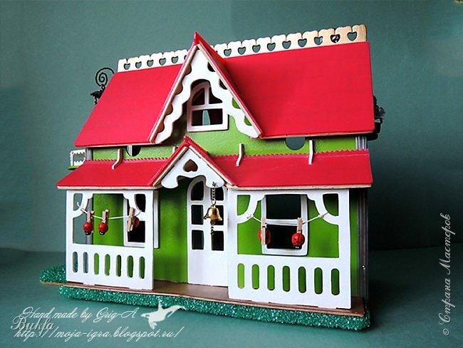 """Всем доброго дня и здравствуйте! Сегодня решили вам показать домик, который мы сделали в подарок внучке на день рождения! Незадолго до этого самого дня рождения старшая внучка (она кажется нам уже взрослой) попросила сделать ей настольный домик для кукол. Мы были удивлены! """"Я ещё маленькая"""" - сказала она на наше удивление. И я вспомнила, мы в детстве уже в средней школе (а внучка в младшей) играли маленькими пластиковыми советскими пупсиками с большими головами и резиновыми немецкими куколками, причем последние были у моей счастливой подружки. Шили им маленькую одежду, делали комнатки, ходили в гости и пр. И как бы мы были счастливы такому подарку!!!"""