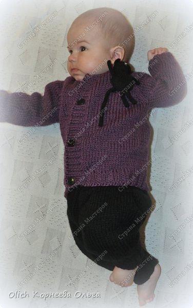 Здравствуйте. Хочу поделиться простым способом вязания штанишек для малыша. Комплект вязала для своего сыночка, на фото ему 5 месяцев. Вязала с небольшим запасом, сейчас жаркое лето, а вот месяца через 2-3 прохладными осенними денечками этот комплект будет очень кстати. фото 6