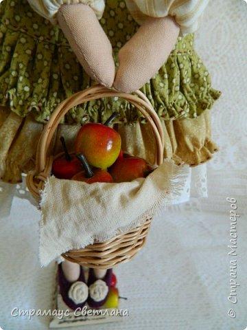 Доброго времени суток, всем кто заглянул! Моя новая куколка, на этот раз Тильда-садовница, с корзинкой яблок. фото 4