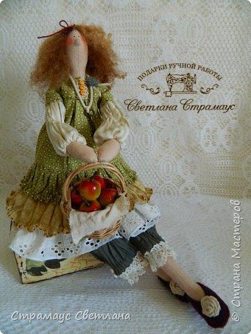Доброго времени суток, всем кто заглянул! Моя новая куколка, на этот раз Тильда-садовница, с корзинкой яблок. фото 3