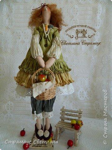 Доброго времени суток, всем кто заглянул! Моя новая куколка, на этот раз Тильда-садовница, с корзинкой яблок. фото 1