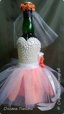 Вот така яркая свадьба!!!!Попросили чтоб наряды были максимально приближены к оригиналу, вроде получилось.....долго думала как сделать корсет и вот что придумала , я взяла и нарисовала его шпатлевкой в 2 слоя , получилось объемно , покрасила белым и затем перломутровой красками , затем приклеила полубусины (как у невесты на платье)..бусин не хватило ,пришлось дорисовывать  пастой для создания жемчужин...и еще пришлось осваивать канзаши , за что спасибо нашей Настеньки Куликовой за её видео МК, без неё не справилась бы.... фото 2