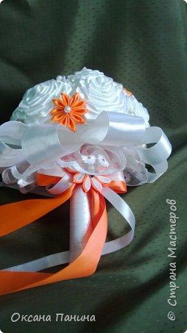 Вот така яркая свадьба!!!!Попросили чтоб наряды были максимально приближены к оригиналу, вроде получилось.....долго думала как сделать корсет и вот что придумала , я взяла и нарисовала его шпатлевкой в 2 слоя , получилось объемно , покрасила белым и затем перломутровой красками , затем приклеила полубусины (как у невесты на платье)..бусин не хватило ,пришлось дорисовывать  пастой для создания жемчужин...и еще пришлось осваивать канзаши , за что спасибо нашей Настеньки Куликовой за её видео МК, без неё не справилась бы.... фото 10