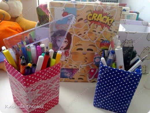 Для изготовления такой карандашницы нам нужно:  ✔Ткань ✔Коробка подходящая по размеру или же картон. ✔Скотч(двусторонний. ✔Украшения(ленты, кружева, страны и т.д) ✔Ножницы фото 1