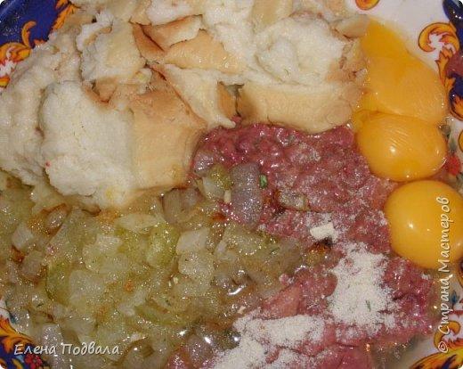 Наш любимый семейный рецепт фаршированной курицы куриной печенью: * Курица или 2 цыпленка * Куриная печень (300-400 гр) * 3-4 яйца * Лук репчатый - 1-2 шт. * Батон (4 нарезанных скибочек) замачиваем в воде с добавлением молока... * Манная крупа (30-50 гр) * Соль, перец по вкусу (очень кстати добавить петрушку, укроп). Иногда добавляю тертую морковку.  На этот раз у меня было 2 цыпленка по 1 кг каждый.  фото 7